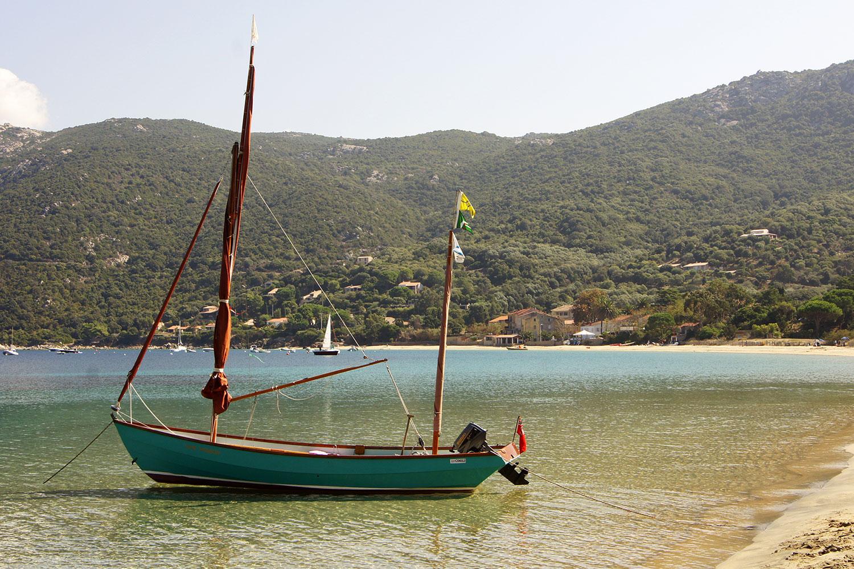 Bateau dans la baie de Campomoro