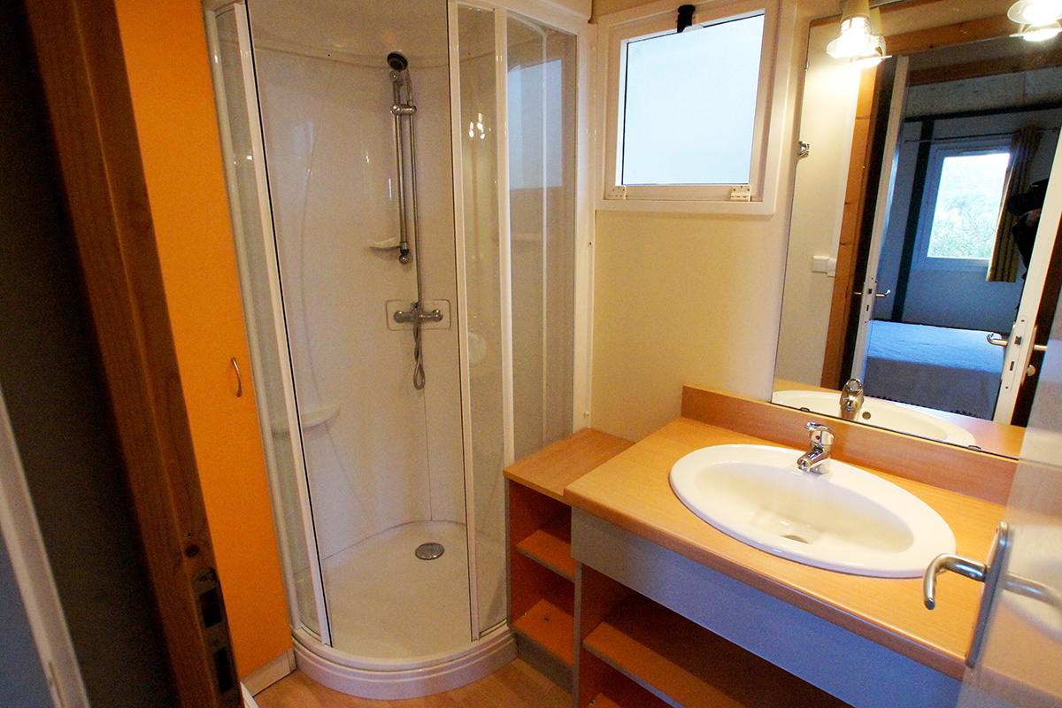 Salle de douche des bungalows